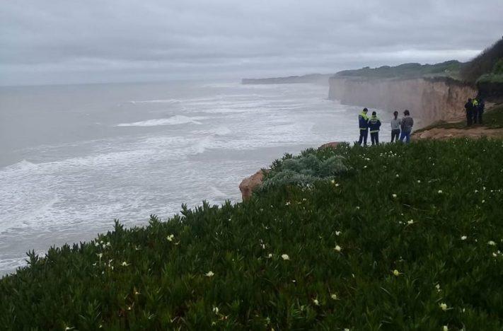 Se metieron a surfear en los Acantilados y tuvieron que rescatarlos en pleno temporal