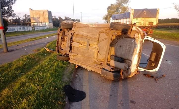 Ruta 88: Un auto volcó en el kilómetro 4